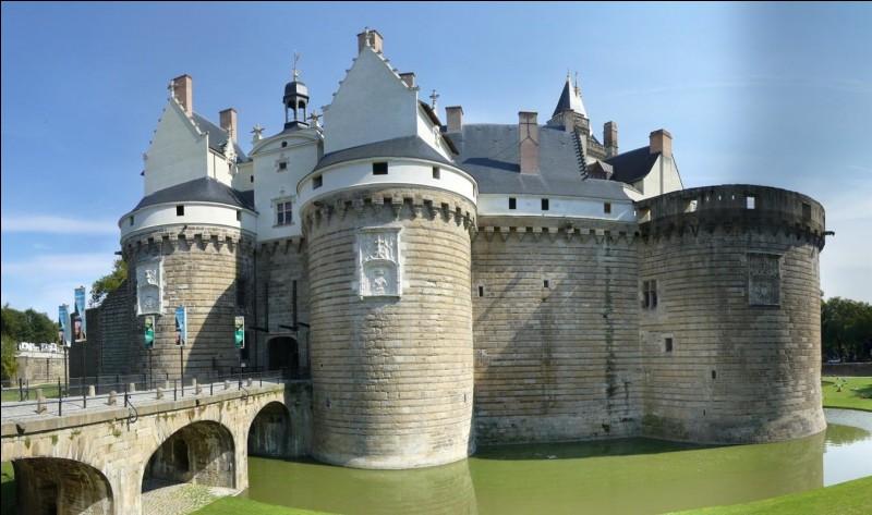 Dans quelle ville française peut-on voir le château des ducs de Bretagne ?