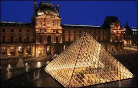 Quel président la République commanda la pyramide du Louvre ?
