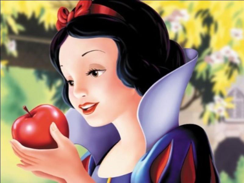 Dans quel dessin animé voit-on une princesse fuyant pour éviter sa belle-mère qui veut la tuer et qui se réfugie chez des nains ?