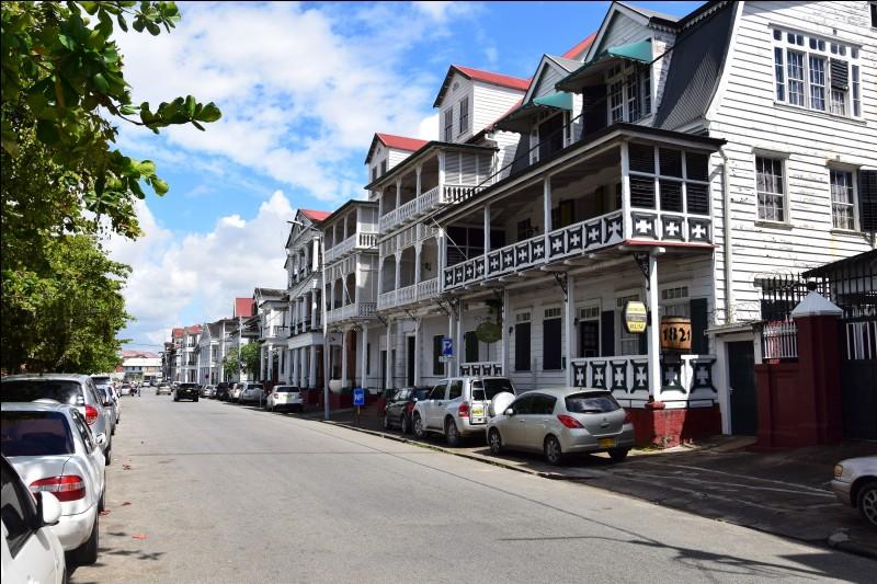 Dans quel pays se situe la ville de Paramaribo ?