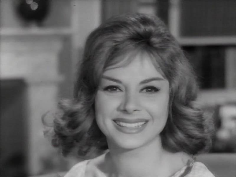 """Cette actrice italienne a tourné dans plusieurs films français : """"Le Miroir à deux faces"""" de Cayatte, """"La Jument verte"""" d'Autant-Lara, """"Classe tous risques"""" de Sautet ; elle était Liliane dans """"Un témoin dans la ville"""" de Molinaro : c'est ..."""