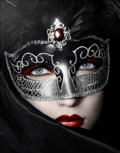 Quel synonyme est employé pour un masque ?