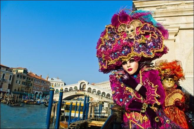 Costumes et masques somptueux pour ce carnaval célèbre ! Lequel ?