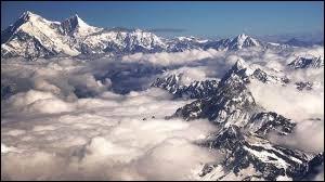 Quelle chaîne de montagnes abrite les plus hauts sommets de la planète ?