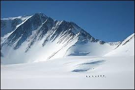 Où situez-vous le mont Vinson qui culmine à 4892 mètres ?