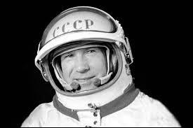 Ce cosmonaute, célèbre pour avoir été le premier homme à réaliser une sortie dans l'espace dans le cadre de la mission Voskhod 2, le 18 mars 1965, c'est ... Leonov.