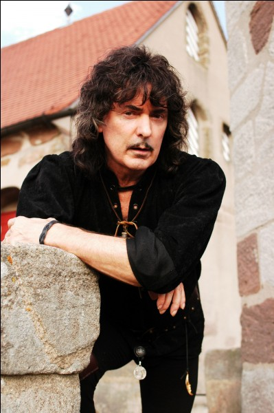 De quel instrument jouait Ritchie Blackmore dans le groupe de rock Deep Purple ?