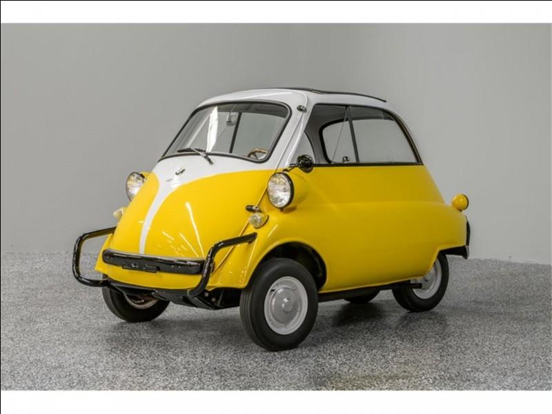 Quelle voiture des années 1950 n'avait qu'une seule portière ?