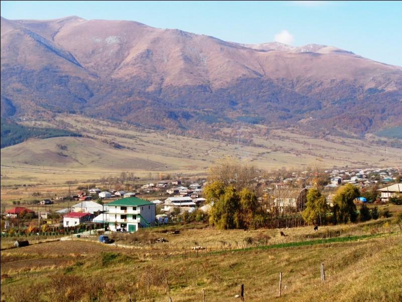 Lequel, faisant partie du Grand Caucase, présente les sommets les plus élevés, dont le mont Chkhara constituant, avec ses 5 193 mètres, son point culminant ?
