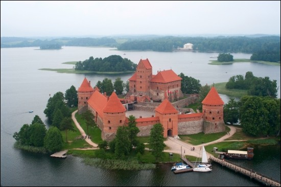 Il s'agit d'une république parlementaire de l'Europe du nord, riverain de la Baltique, dont la capitale est Vilnius. Souvent envahi par la Russie, le pays fait maintenant partie de l'OTAN et de l'Union européenne.Nommez ce pays qui est : ''le plus peuplé et le plus visité des trois États baltes''.