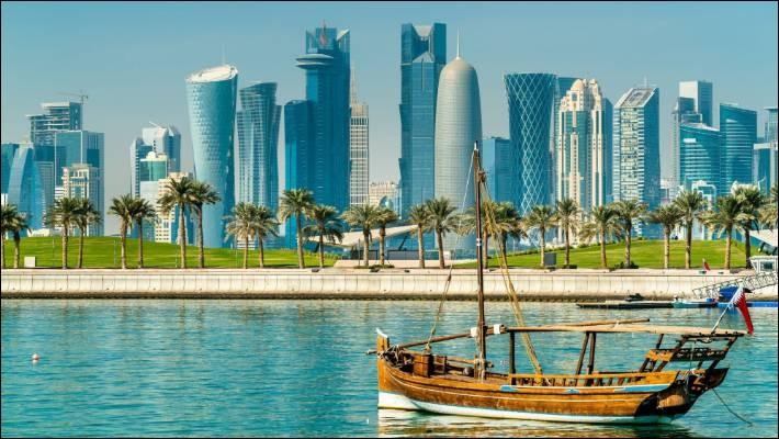 Pays de la péninsule arabique peuplé de 2,7 millions d'hb et d'une étendue de 11 586 km2. Cette presqu'île dont Doha est la capitale, est le pays rejetant le plus de CO2 par habitant dans l'atmosphère.Trouvez ce pays au climat désertique, à la pluviométrie faible et qui a l'une des pires empreintes écologiques du monde.