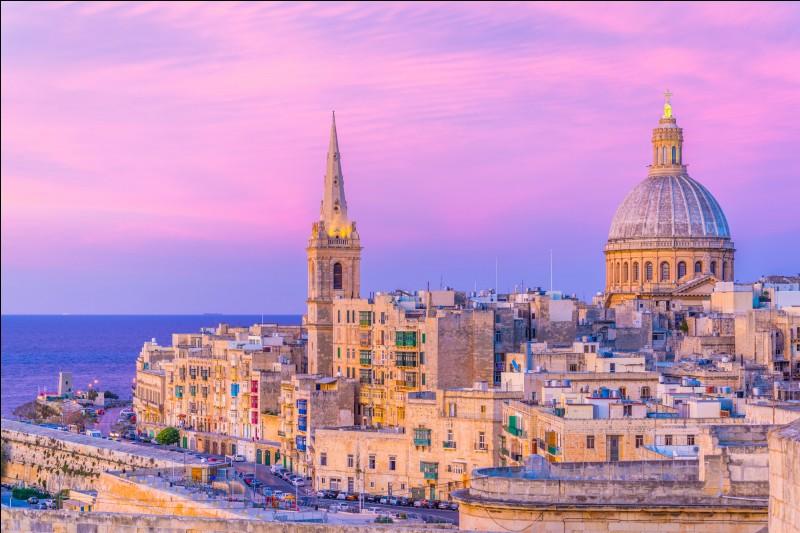 Elle possède l'une des plus belles capitales de la Méditerranée et l'un des plus beaux ports d'Europe : elle a été l'une des grandes puissances économiques et politiques du bassin méditerranéen. Elle a des fortifications, des palais, des coupoles et des flèches d'églises.Trouvez cette république, entre Orient et Occident, où les étés sont chauds et les hivers cléments, une destination annuelle.