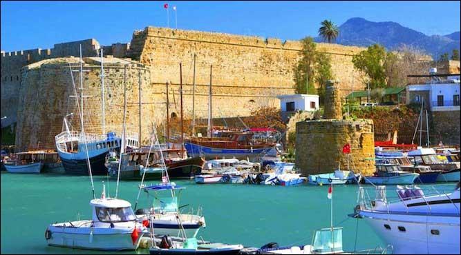 « L'île de l'amour » (9.251 km²), l'envie de ses voisins, vu son importance stratégique, ses mines de cuivre et ses forêts de pins et de cèdres. Visitez ses châteaux, ses monastères ou profitez de la plongée sous-marine : le Zenobia, un ferry coulé, non loin de Larnaca, est une épave de choix. L'île que l'on cherche, est une république dont le territoire est situé au sud de l'occupation turque.