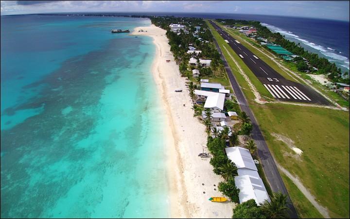 Cette nation polynésienne est composée de 3 îles coralliennes et de 6 atolls : petite de population avec 10,000 habitants, elle l'est aussi de dimension, étant le 4e plus petit pays au monde. A Funafuti (photo), la capitale, se trouve le seul aéroport du pays.Nommez ce pays qui fut, durant la seconde guerre mondiale, une base américaine à cause de sa proximité avec des possessions japonaises.