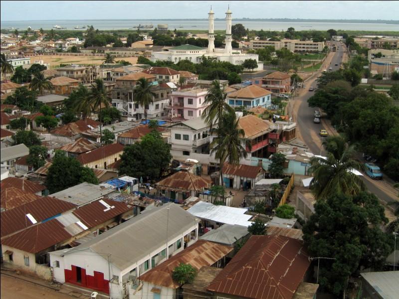 Il s'agit d'une petite république d'Afrique de l'ouest peuplée de 1,8 million d'habitants, enclavée dans le Sénégal, s'étalant sur 11 295 km² le long du fleuve éponyme jusqu'à l'océan Atlantique.Trouvez ce pays qui a sur sa côte ouest des plages immenses qui sont peu dangereuses.