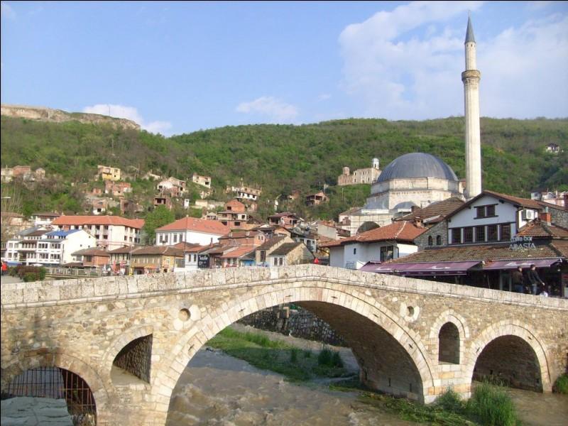 Fondé en 2008, c'est l'un des plus jeunes et l'un des plus petits pays d'Europe, (10.887 km²). Bien qu'il soit magnifique avec ses mosquées, ses marchés et ses cafés, c'est aussi ''le pays le plus pauvre d'Europe, gangrené par la corruption, les trafics et l'islam radical''. Quel est ce pays des Balkans, comptant 1.8 millions d'habitants, en majorité Albanais et Musulmans ?