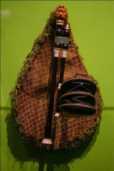 Quel est le nom de cet instrument de musique auvergnat à anche double et au sac de cuir de chèvre ?