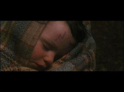 Qui transporte Harry chez les Dursley alors que ses parents viennent de mourir ?