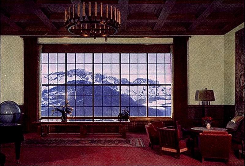 """Près de quelle station de sports d'hiver, Hitler a établi sa résidence, le """"Berghof"""" (sur le massif de l'Obersalzberg) dont le point de vue sur les montagnes est époustouflant ?"""