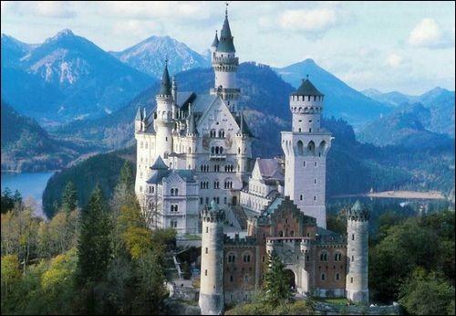 Le château du Neuschwanstein, une merveille de l'architecture néo-gothique germanique, est l'une des forteresses les plus célèbres du monde qui aurait inspiré Walt Disney, a été construit à la fin du XIXe s. et est plus connu sous le nom de château de... ?