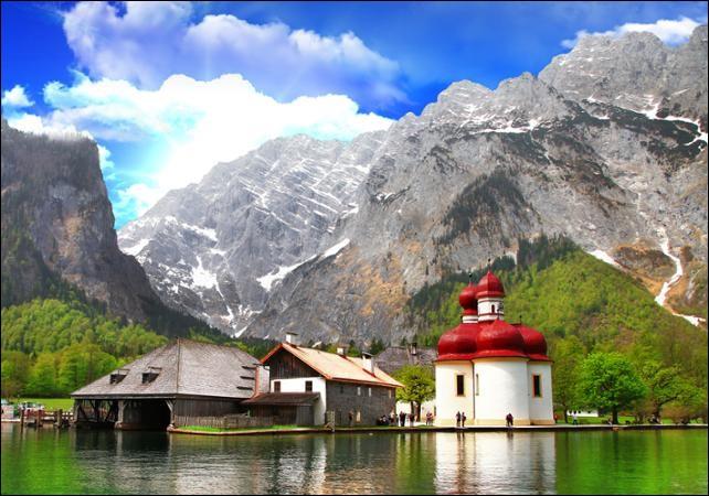 Quelle massif montagneux borde le Sud de la Bavière ?