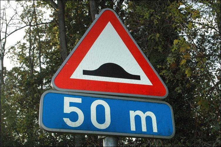 Que m'indique ce panneau routier ?