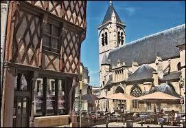 Après cet accord avec l'ennemi, notre Charles quitta Paris et se déclara régent du royaume de France en arguant de la folie de Charles VI. Il gouvernait le sud de la France depuis la ville de ...
