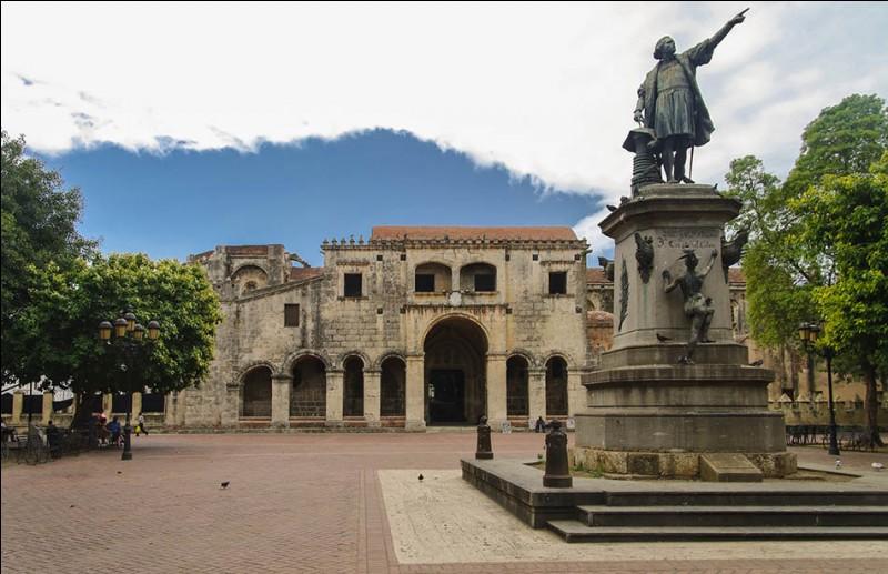 Sur quelle île la ville de Saint-Domingue, capitale de la République Dominicaine, se situe-t-elle ?