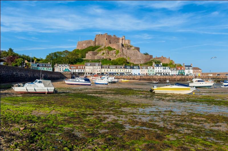 Voici la ville insulaire de Saint-Hélier. Quel pays y exerce sa souveraineté ?