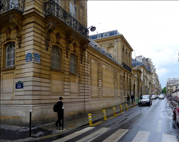 """Dans quelle ville européenne une rue avait-elle été surnommée la """"Sniper Alley"""" ?"""