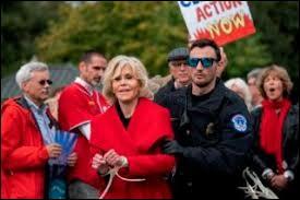 En octobre 2019, on a aussi pu voir Jane Fonda se faire passer les bracelets lors d'une manifestation à Washington.Quel était le thème de cette manifestation ?