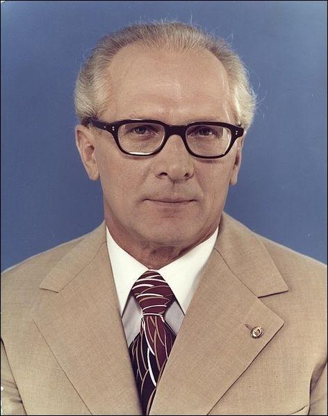 Qui lui succède et devient le principal dirigeant du pays de 1971 à 1989 ?