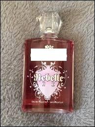 """Quelle marque propose un parfum nommé """"Rebelle Chic"""" ?"""