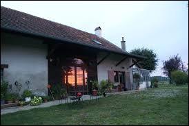 Vous avez sur cette image l'église Saint-Louis des Essards-Taignevaux. Village de Bourgogne-Franche-Comté, il se situe dans le département ...