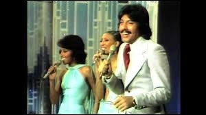 ''Tie a Yellow Ribbon Round the Ole Oak Tree'' est un titre de Tony Orlando & Dawn. En 1975, qui chantera la version française sous le titre ''Accroche un ruban'' ?