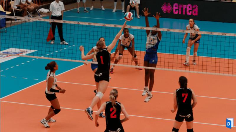 Au volley-ball, le filet chez les seniors masculins est à 2,43 mètres de hauteur. De combien de centimètres est-il plus haut que le filet chez les seniors féminines ?
