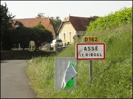Nous commençons notre balade dans les Pays-de-la-Loire, à l'entrée d'Assé-le-Riboul. Nous sommes dans le département ...