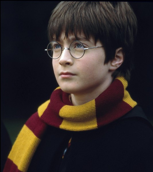 Est-ce que dans les films de l'héroïque Harry Potter, la cicatrice se déplace ou disparaît de son front ?