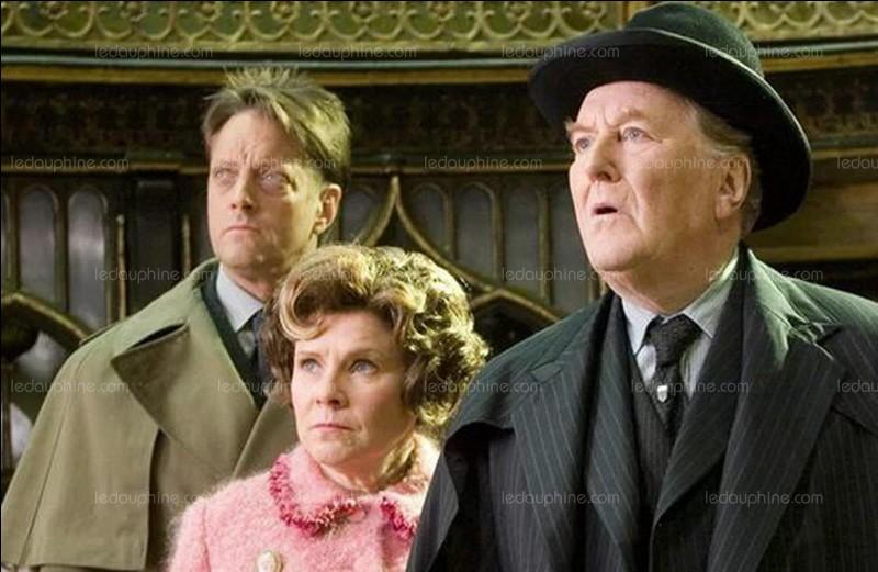 Qui, du ministère de la magie, vient enseigner la défense contre les forces du mal à Poudlard pendant la cinquième année de Harry ?