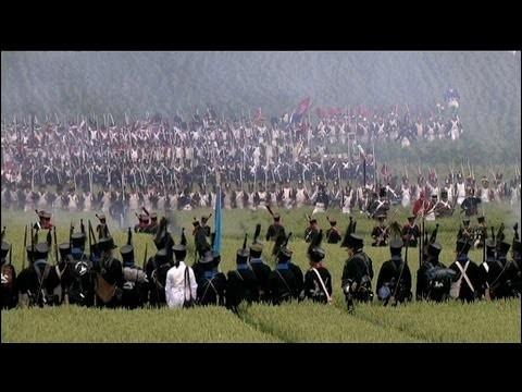 Face à de nombreux ennemis décidés à envahir la France, Napoléon a réorganisé ses troupes en une force nationale, l'Armée du Nord et ce, malgré des traîtrises royalistes : il la place entre les armées anglaise et prussienne.Quelle est cette immortelle bataille où Napoléon bat le général Blücher qui ne retraite pas et se joint à Wellington, qui a su se replier et contre-attaquer ?