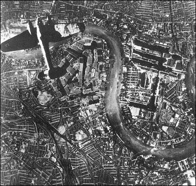 Cette bataille opposa la RAF à la Luftwaffe : il s'agit de la première bataille de la Deuxième Guerre mondiale à se dérouler en majeure partie dans les airs. Le but visé par Hitler était de permettre à l'armée allemande d'envahir ensuite le Royaume-Uni. Quel est cet affrontement, donnant lieu à de grands combats aériens, qu'on désigne souvent par l'expression « le Blitz » ?