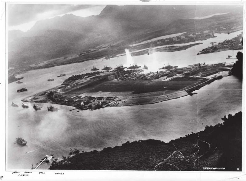 La photo a été prise lors du 1er raid, l'ensemble ayant été beaucoup plus dommageable. Yamamoto voulait écraser les Américains par surprise avec 450 avions et 31 navires : les Japonais concentrèrent leurs attaques contre les cuirassés, amarrés le long de l'île.Quelle est cette attaque qui, en démoralisant les Américains par d'énormes dommages, fut la piqûre qui les réveilla ?