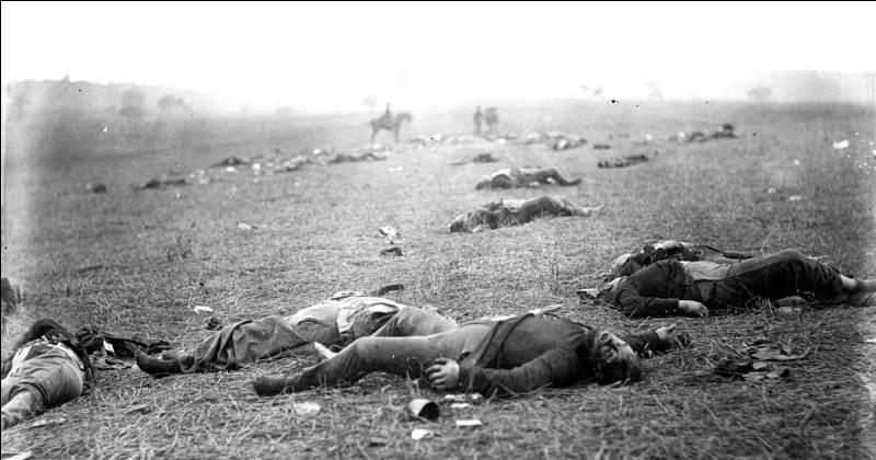 """Premier conflit documenté en photos, il s'agit d'une lutte effroyable, la plus sanglante de la guerre civile américaine. Plus lourd affrontement entre les forces du sud et celles du nord. La photo iconique de cette boucherie s'appelle """"A Harvest of Death"""". Quel est le nom de ce combat considéré comme le tournant de la guerre de Sécession ?"""