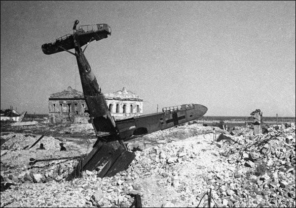 C'est l'une des batailles les plus meurtrières avec de terribles combats de rue. Les Allemands voulaient la ville (armement & pétrole) pour assurer la progression de la Wehrmacht vers le Caucase. Les Russes devinrent experts en défense de ruines et réussirent à contenir les Allemands le temps que des renforts arrivent.Quelle est cette bataille qui fit 100 000 prisonniers et 350 000 tués ?