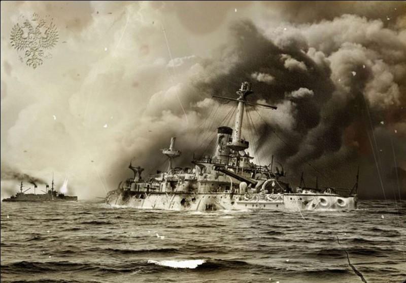 C'est le principal affrontement naval de la guerre russo-japonaise : Nicolas II engage au combat la flotte de la Baltique, laquelle après un périple de sept mois de navigation épuisante, sera confrontée par la marine impériale japonaise, à l'entrée du détroit de Corée.Quel est ce combat qui verra l'escadre russe être coulée, capturée ou internée ?