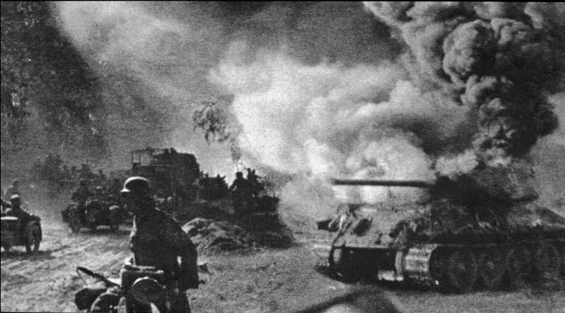 Les Allemands disposent des nouveaux Panther et Tigre : ce sera la plus grande bataille de chars de l'histoire, 5000 avions s'affronteront aussi. Joukov avise Staline de « laisser l'ennemi s'épuiser sur nos défenses et détruire ses chars ». Un million de mines ont été posées. Désormais, jusqu'en mai 1945, la Wehrmacht perd l'initiative. Quelle est cette bataille qui exposa 2 500 000 hommes ?