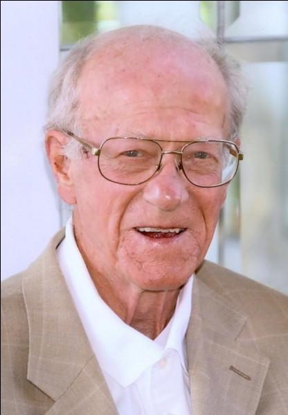 Qui est ce John, ingénieur britannique, mort en l'an 2000, célèbre dans l'histoire de la Formule 1 pour avoir créé une monoplace au moteur placé au centre-arrière ?