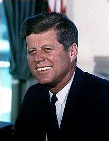 Qui est ce John, homme d'État américain, président des États-Unis de 1961 à 1963, mort assassiné à 46 ans le 22 novembre 1963 ?