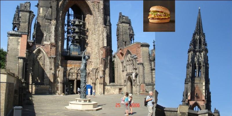 A la suite des bombardements alliés durant la 2e Guerre mondiale, cette église fut détruite en 1943. Elle avait perdu depuis longtemps son record de hauteur qu'elle a détenu entre 1874 et 1876. Actuellement, la flèche de la cathédrale et certains murs encore existants sont conservés comme mémorial contre la guerre.Où sommes-nous ?