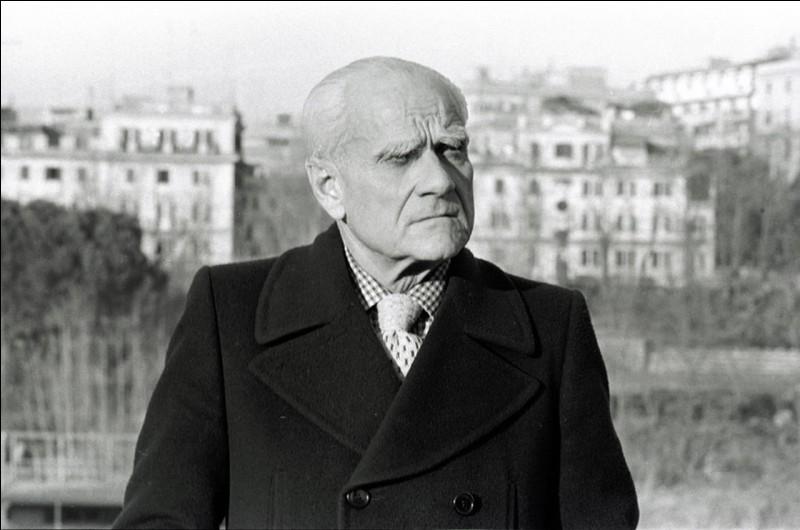 """Cet écrivain italien, auteur à 18 ans, d'un premier roman, """"Les Indifférents"""", a ensuite écrit """"Le Conformiste"""" et """"Le Mépris"""". C'est ... Moravia."""